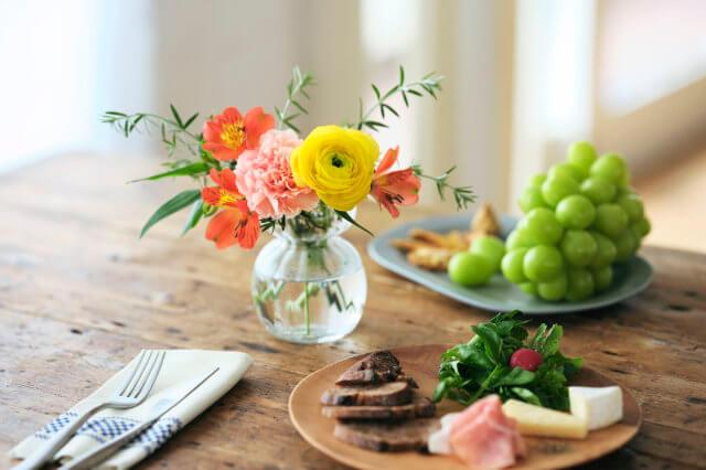 食卓に飾られたブルーミーの花束